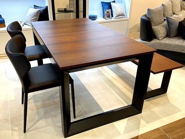どんな部屋にも合わせやすい。木目調のダイニングテーブル